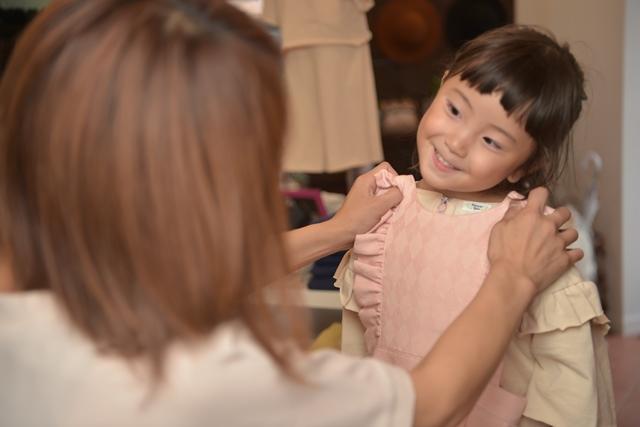 オーガニックコットンのオーダー服を販売している自由が丘の子供服専門店 | 子供服を選ぶ親子の写真
